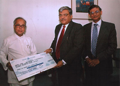 Finance Minister Pranab Mukherjee receiving dividend cheque from Canara Bank Chairman and Managing Director A C Mahajan. Also see is General Manager Sheshadhari