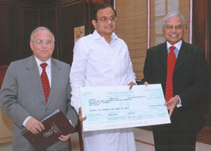 Canara Bank Chairman and Managing Director M B N Rao presenting a dividend Cheque of Rs 210 crores to Finance Minister P Chidambaram for the Financial Year 2006-07. Also seen in the picture is Delhi Circle's General Manager Y L Madan.