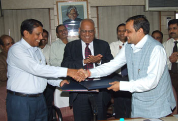 Mr. G. Ojha, Director (Personnel), SAIL (left) and Mr. Manoj Gaur, Executive Chairman , Jaiprakash Associates Ltd. (right) signing the JV in presence of Mr. S.K. Roongta, Chairman, SAIL (centre).