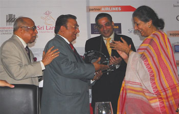 Subhash Goyal receiving award from Tourism Minister Ambika Sonia